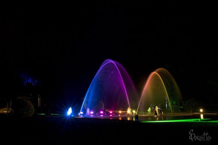 Feu d'artifice à Eugénie-les-Bains, fontaine féérique