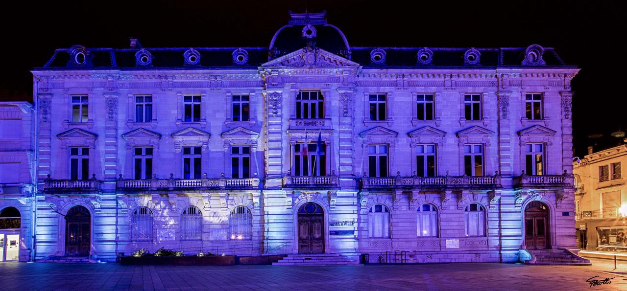 ...21h30, hôtel de ville de Mont-de-Marsan...